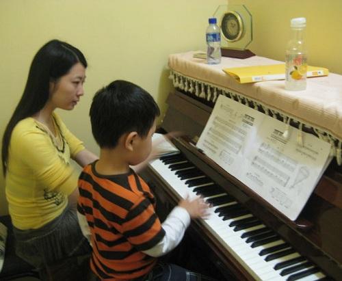 【图语:孩子弹钢琴】-研究显示孩子学点艺术不抑郁