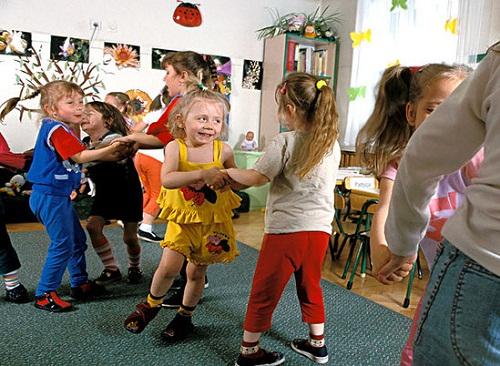 小学生集体舞回避手拉手?