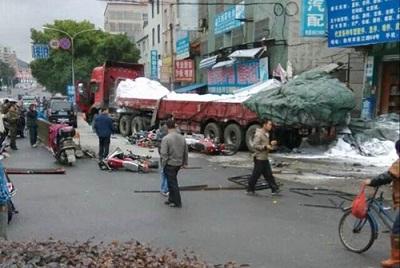 【图语:广东连州车祸现场(资料图)】-学生在校园外的安全该如何图片